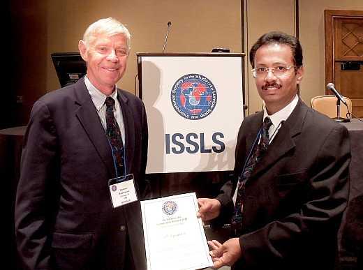 A kutatás vezetője, dr. S. Rajasekaran és dr. Gunnar Anderson, az ISSL zsűrijének elnöke a díjátadón.